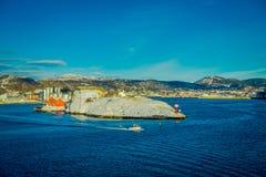 Bodo Norge - April 09, 2018: Utomhus- sikt av landskapet av en fyr på kusten för Bodo ` s och några byggnader, med a Royaltyfria Foton