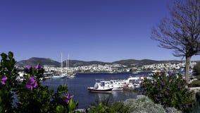 Bodrum, Mugla Turkije Weergeven van een baai en de jachthaven Kleine traditionele vissersboten, jachten en gulets De berg stock foto's