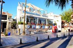 Bodrum, Turquía 2014 Calle turca de Tipical con los restaurantes de los mariscos y las pequeñas tiendas Imágenes de archivo libres de regalías
