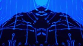 Body art nell'ambito di luce ultravioletta sotto forma di microcircuiti su una ragazza di dancing nell'ambito di musica di catale video d archivio