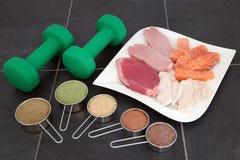 Body building alto - alimento e pós da proteína fotografia de stock royalty free