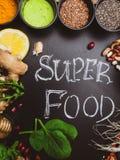 Body building e selezione eccellente dell'alimento salutare con le polveri di supplemento in ciotole sopra fondo di legno Concett immagine stock