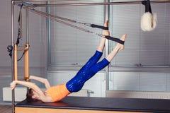 Body d'uso sorridente sano della donna che pratica Pilates nello studio luminoso di esercizio Fotografie Stock Libere da Diritti