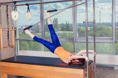 Body d'uso sorridente sano della donna che pratica Pilates nello studio luminoso di esercizio Fotografia Stock Libera da Diritti