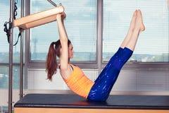 Body d'uso sorridente sano della donna che pratica Pilates nello studio luminoso di esercizio Fotografie Stock
