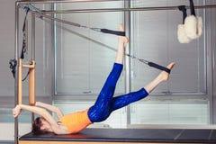 Body d'uso sorridente sano della donna che pratica Pilates nello studio luminoso di esercizio Immagine Stock