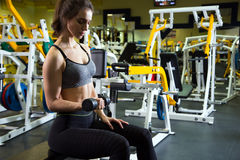 Body of slim female in activewear doing exercise with dumbbells Royalty Free Stock Photos