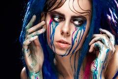 Bodyart塑造与五颜六色的油漆的画象组成的女孩 性感的妇女明亮的颜色构成 时髦样式夫人特写镜头  库存照片