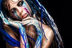 Bodyart塑造与五颜六色的油漆的画象组成的女孩 性感的妇女明亮的颜色构成 时髦样式夫人特写镜头  免版税库存照片
