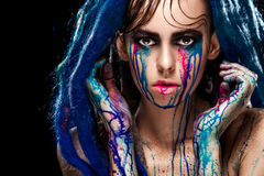Bodyart塑造与五颜六色的油漆的画象组成的女孩 性感的妇女明亮的颜色构成 时髦样式夫人特写镜头  库存图片
