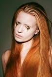 Bodyart. Πρόσωπο της φαντασιόπληκτης κόκκινης γυναίκας τρίχας με τη δημιουργική στομφώδη σύνθεση τέχνης στοκ εικόνα με δικαίωμα ελεύθερης χρήσης