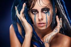 Bodyart modella la ragazza che il ritratto con pittura variopinta compone Trucco luminoso di colore della donna sexy Primo piano  Fotografie Stock Libere da Diritti
