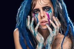 Bodyart modeluje dziewczyny portret z kolorową farbą uzupełniał Seksownej kobiety koloru jaskrawy makeup Zbliżenie moda stylu dam Zdjęcie Stock