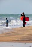 Bodyboader y persona que practica surf Imagenes de archivo
