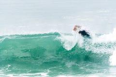 Bodyboarder που κάνει σερφ το ωκεάνιο κύμα Στοκ Φωτογραφία