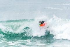 Bodyboarder που κάνει σερφ το ωκεάνιο κύμα Στοκ Εικόνα