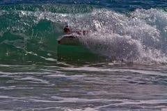 Bodyboarder/Boogieboarder dans le ressac Image libre de droits
