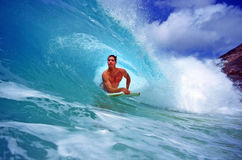 Bodyboarder Chris Gagnon che pratica il surfing in Hawai immagini stock