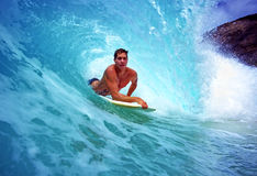 Bodyboarder Chris Gagnon surfant en Hawaï Images libres de droits