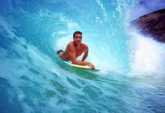 Bodyboarder Chris Gagnon surfant en Hawaï Images libres de droits