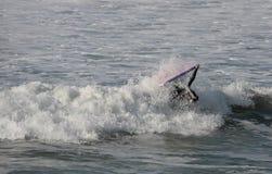Bodyboarder dentro de la onda Imagenes de archivo