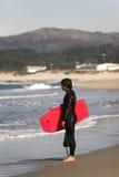 Bodyboarder en la costa costa fotos de archivo libres de regalías