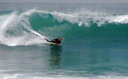 Bodyboarder en una onda en el Laguna Beach, CA imagen de archivo