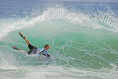 Bodyboarder i en gnarly våg på Laguna Beach, CA Royaltyfri Fotografi