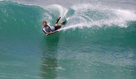 Bodyboarder i en våg på Laguna Beach, CA Arkivfoton