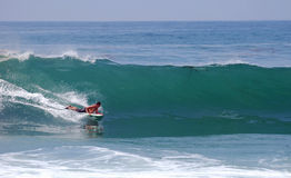 Bodyboarder i en våg på Laguna Beach, CA Royaltyfria Bilder