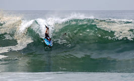 Bodyboarder i en våg på Laguna Beach, CA Royaltyfri Bild
