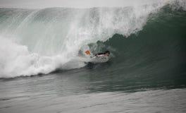 Bodyboarder no túnel fotografia de stock royalty free