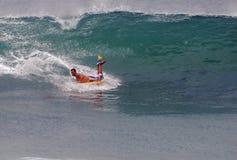 Bodyboarder que monta una onda en el Laguna Beach, California imagenes de archivo