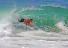 Bodyboarder que monta una onda gnarly en el Laguna Beach, imagen de archivo libre de regalías
