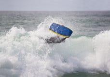 Bodyboarder sobre a onda imagem de stock royalty free