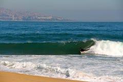 bodyboarder som fångar en våg på stranden Vina del Mar, Chile Royaltyfria Bilder
