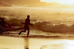 Bodyboarder som går in i vattnet Royaltyfri Bild