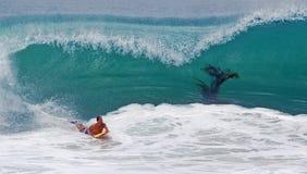 Bodyboarder som rider en hugh våg på Laguna Beach, CA Royaltyfri Foto
