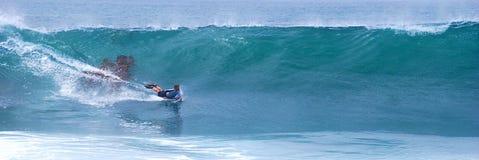 Bodyboarder som rider en våg på Laguna Beach, CA Arkivbilder