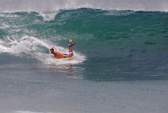 Bodyboarder som rider en våg på Laguna Beach, Kalifornien Arkivbilder