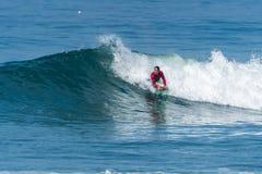 Bodyboarder som surfar havvågen Royaltyfri Fotografi