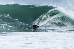 Bodyboarder som surfar havvågen Royaltyfria Foton
