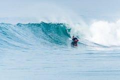 Bodyboarder som surfar havvågen Fotografering för Bildbyråer
