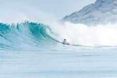 Bodyboarder som surfar havvågen Royaltyfria Bilder