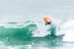 Bodyboarder som surfar havvågen Royaltyfri Bild