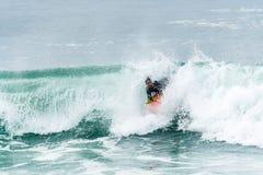 Bodyboarder som surfar havvågen Royaltyfri Foto