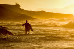 Bodyboarder walkimg στο νερό Στοκ Φωτογραφίες