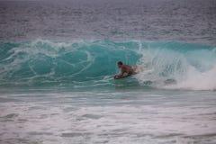 Bodyboarder, welches das Rohr reitet Stockbild