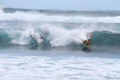 Bodyboarding - jongens die turkooise golven berijden Royalty-vrije Stock Foto's