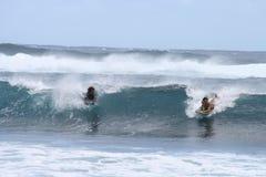 Bodyboarding - muchachos que montan ondas de la turquesa Imágenes de archivo libres de regalías